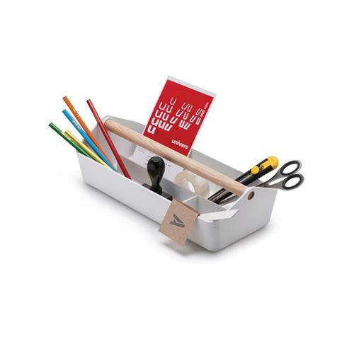 Il contenitore multiuso Cargo box di Alessi si ispira  alla forma delle tradizionali cassette per gli attrezzi utilizzate negli anni Cinquanta (39 euro)