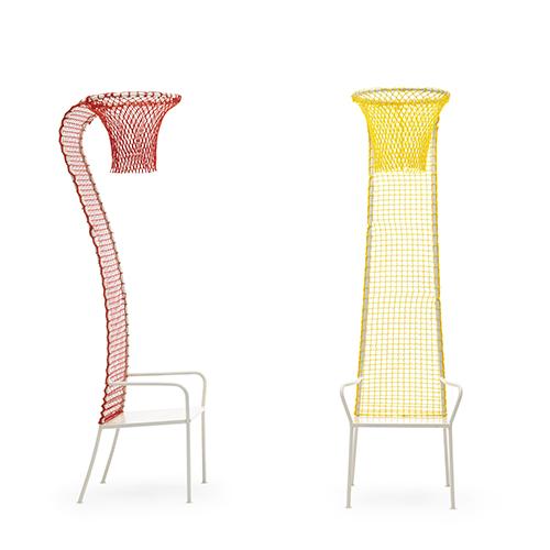 L'originale sedia Lazy basketball di Campeggi: l'alto schienale si conclude con un canestro