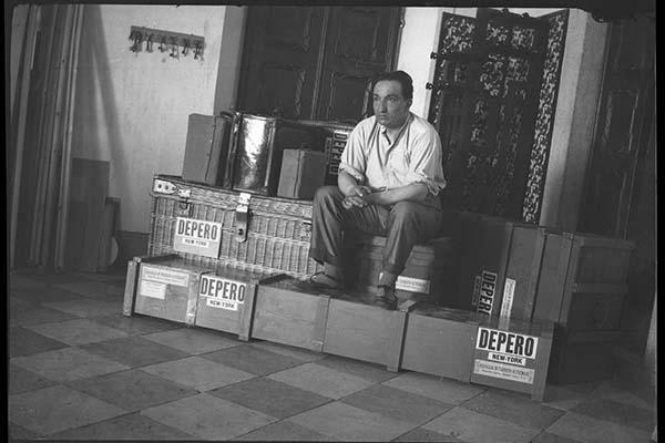 Fortunato Depero seduto sopra le casse dei bagagli attende l'imbarco per New York nell'ottobre del 1928,  (Mart, Archivio del '900)