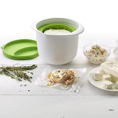 Cheese maker di Lékué permette di preparare in casa formaggio fresco: ciotola, colino e coperchio, che funge anche da misurino, sono gli unici utensili necessari e racchiusi in un unico prodotto. Bastano 15 minuti di cottura, mezz'ora di riposo e un'ora nel frigorifero con due soli ingredienti base, latte fresco e limone o yougurt (distribuito da Schoenhuber, circa 28,60 euro)
