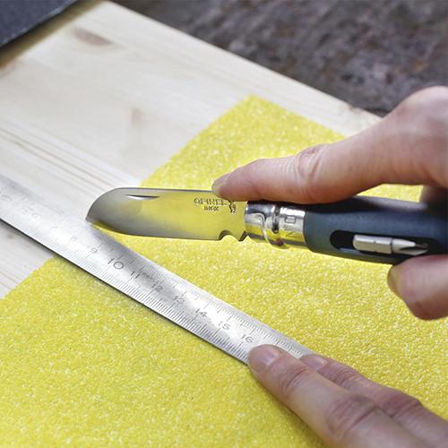 Da Opinel un coltello pensato per piccoli lavori domestici e bricolage. Oltre alla lama in acciaio inox, il manico è arricchito da due cacciavite, uno a taglio e uno con inserto a croce (19,95 euro)