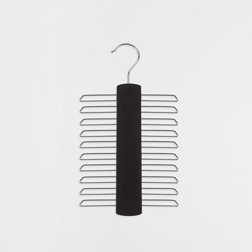 Da Zara Home una pratica soluzione per tenere in ordine le cravatte nell'armadio (9,90 euro)
