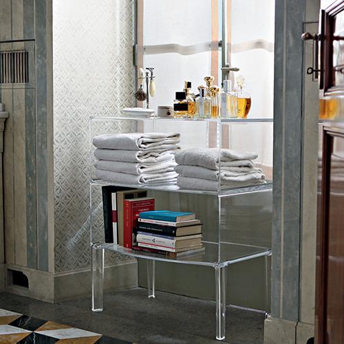 Related di Kartell rievoca nelle forme il mobile classico, ma viene reso contemporaneo dal materiale plastico con cui è prodotto e dalla trasparenza. Si adatta a ogni ambiente della casa, come in bagno per custodire il set per la rasatura (737 euro)