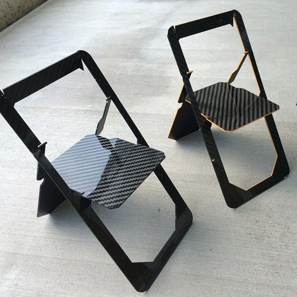 La sua forma si ispira a quella delle carte da gioco, è realizzata in carbonio ed è pensata per situazioni in cui lo spazio è limitato: è la Playing Card Chair disegnata da Filippo Cima