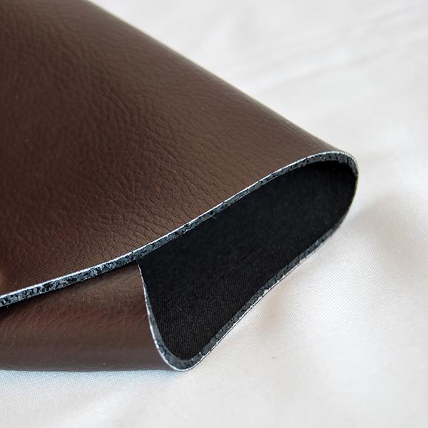 Altro materiale innovativo presentato da Ecopneus-Matrec è la pelle. Insieme all'elasticità della gomma riciclata dai pneumatici fuori uso è utile per realizzare sedute e oggettistica con diverse forme e caratteristiche di resistenza