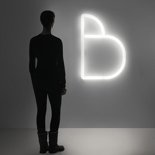 Per comunicare con la luce: Alphabet of light  è un sistema flessibile di tubi componibili che permette di disegnare con la luce non solo lettere ma anche segni grafici