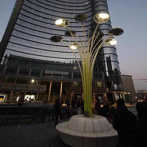 Illuminare in modo efficiente, dentro e fuori casa, per il benessere delle persone e dell'ambiente. Un esempio è la lampada Solar Tree di Ross Lovegrove, che si erge in piazza Gae Aulenti a Milano: funziona con i led e le cellule fotovoltaiche