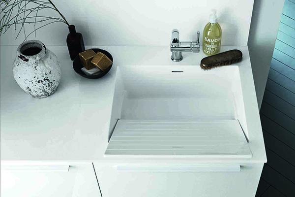 Il programma lavanderia  Bolle by Arbi Arredobagno è dotato di un lavandino che grazie all'utilizzo del piano inclinato e alla vasca profonda si trasforma in un vero e proprio lavatoi