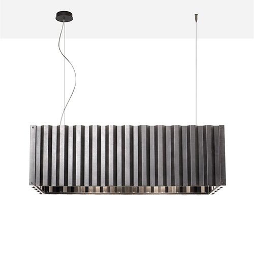 Container, la nuova lampada  a LED della collezione Diesel Living with Foscarini, si distingue per le generose misure. È ideale per essere posizionata singolarmente sopra un tavolo, o anche in moltiplicazione in fila