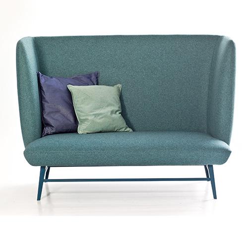 Il divano Gimme Shelter è progettato per creare uno spazio personale all'interno di uno spazio più ampio. Infatti si caratterizza per uno schienale alto e avvolgente. Fa parte della collezione Successful Living From Diesel with Moroso ed è disponibile anche nella versione letto matrimoniale