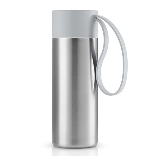 Per un caffè caldo o una limonata fresca:  la mug di Eva Solo ha un doppio strato in acciaio inox che mantiene la bevanda alla temperatura ideale per lungo tempo (34,95 euro - distribuito da Schoenhuber )