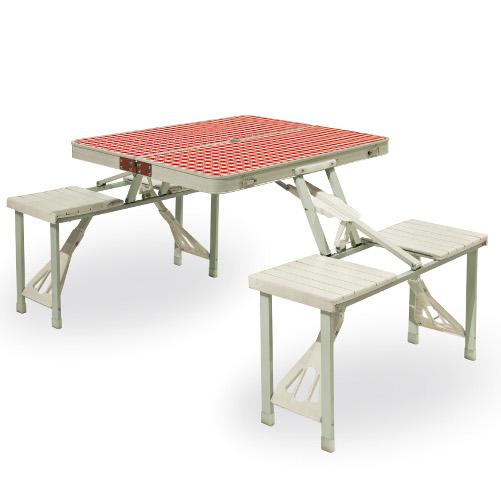 Festival di Seletti è un tavolo in metallo pieghevole con panche integrate. Si trasporta facilmente poiché diventa una comoda valigetta (149 euro). Della stessa collezione fa parte anche la classica tovaglia a quadretti bianca e rossa (21 euro) e un vassoio pieghevole (40 euro)