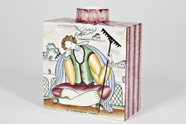 """<em>Déco. Il gusto di un'epoca</em> è la mostra che il <a href=""""http://www.micfaenza.org/it/"""">Mic, il museo delle ceramiche di Faenza</a>, presenta per rendere omaggio a uno stile che ha caratterizzato gli anni Venti e Trenta. Lo racconta non solo attraverso le ceramiche, ma anche arredi, vetri, metalli, gioielli, abiti, pittura, scultura e gessi. Tra gli autori protagonisti Gio Ponti con il vaso in terraglia dipinta <em> Il giardiniere stanco</em> realizzato nel 1925 circa per Richard Ginori (in foto)"""