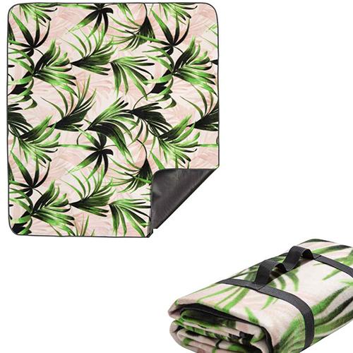 Un classico indispensabile: la coperta da picnic. La proposta di H&M Home ha il rivestimento impermeabile, si chiude facilmente e si porta come una borsetta  (19,99 euro)