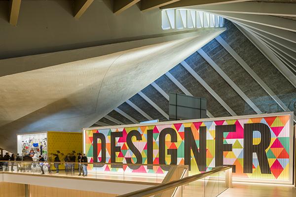 """Per chi decide di fare una pausa oltreconfine: a Londra occorre sempre tenere d'occhio il cartellone del <a href=""""https://designmuseum.org/new-design-museum"""">New Design Museum</a>, un edificio inaugurato a fine novembre 2016 di 10mila metri espositivi, il più grande al mondo dedicato al design"""
