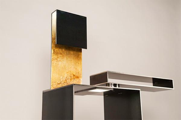 Il metallo grezzo è arricchito da  un tocco di ottone dorato che dona calore alla struttura