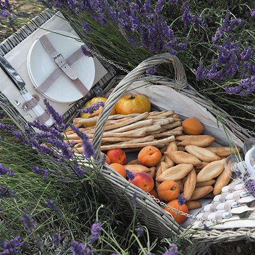 Il paniere in vimini di Maisons du Monde è dotato di tutto l'indispensabile per due persone: piatti, bicchieri, coltelli, forchette, cucchiai e un cavatappi (99,99 euro)