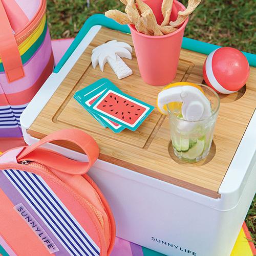 La borsa frigo di Sunny Life si caratterizza per la praticità data dal top in bambù reversibile: il retro  ha incorporati due portabicchieri e un tagliere da portata (74 euro - in vendita su www.madeindesign.it)
