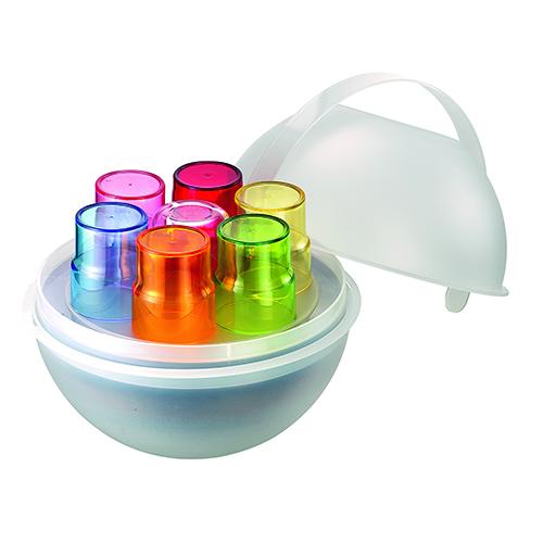 La versione moderna del classico cestino: la sfera Pic boll di Fratelli Guzzini al suo interno possiede 2 contenitori, 1 vassoio, 6 piati piani, 6 piatti fondi, 6 piatti frutta e 6 bicchieri (69 euro)