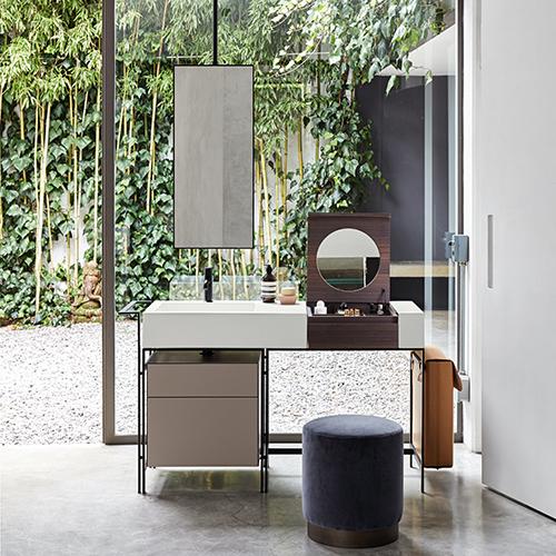 Un elogio alla vanità, è Narciso di Ceramica Cielo. La soluzione per arredare il bagno si caratterizza per un grande lavabo e un pratico piano d'appoggio che integra un elemento dedicato al make up, uno specchio e un porta oggetti