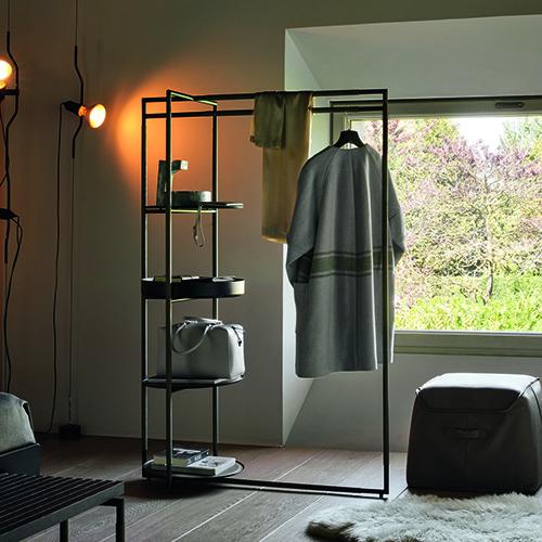 Bak valet stand di Ferruccio Laviani per Frag è allo stesso tempo sia appendiabiti che portaoggetti. È sempre tutto in ordine e a portata di mano grazie agli svuotatasche e ai vassoi sui quali poggiare ad esempio la borsa al rientro a casa. Da utilizzare in camera da letto o all'ingresso, si può attrezzare anche con uno specchio