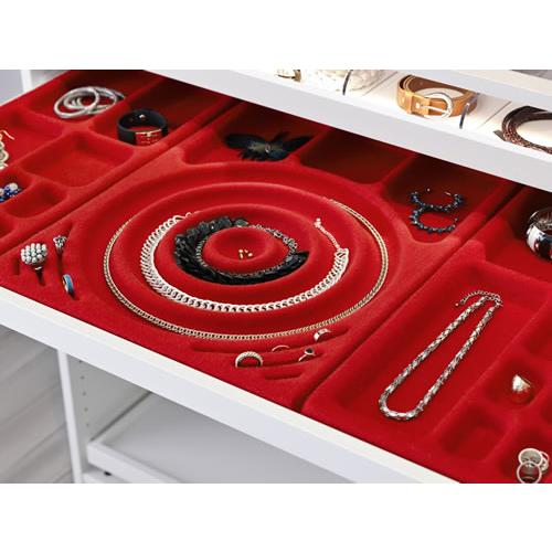 Il morbido feltro, utilizzato da Ikea per la serie di accessori Komplement, protegge e tiene fermi collane, anelli e orecchini