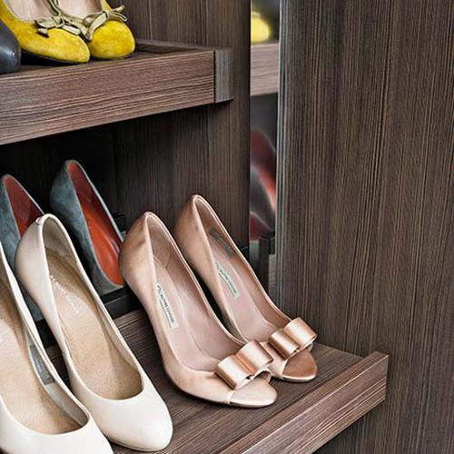 Le scarpe, croce e delizia di ogni donna. L'armadio Nur di Lema è ricco di attrezzature interne che offrono molteplici combinazioni per ogni esigenza come gli utili portascarpe
