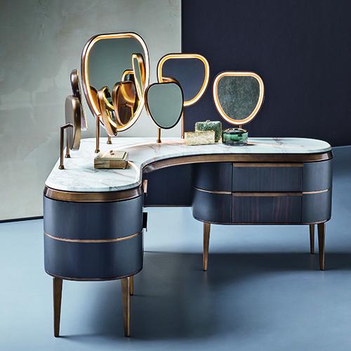 Sette specchi così da potersi guardare da ogni lato, ampi cassetti e materiali preziosi come il marmo Calacatta: è Kara  il mobile make-up di Natevo