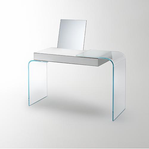 Strata di Glas Italia è una scrivania che si trasforma in toilette: nel top è presente una fresata passacavi in cui può essere inserito uno specchio