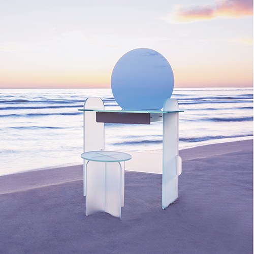 Nella collezione Opalina di Cristina Celestino per Tonelli Design, c'è spazio anche per una toilette caratterizzata da un susseguirsi di incastri di vetri dai colori tenui e opachi