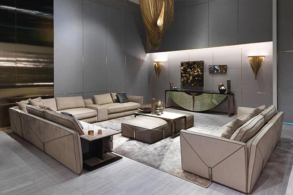 Il divano Bastian ha una lavorazione che richiama la tradizione della selleria artigianale: tagli sartoriali nelle cuciture e bordature