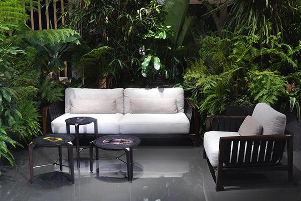 Il divano per esterni Greenlife di Maurizio Manzoni e Roberto Tapinassi. Schienali e braccioli si distinguono per cinghiatura in cuoio ingrassato resistenti agli agenti atmosferici