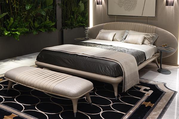 Il letto matrimoniale Princess ha una testata ovale a doppio rivestimento con una parte centrale arricchita da una lavorazione di tappezzeria a grandi plissettature in pelle