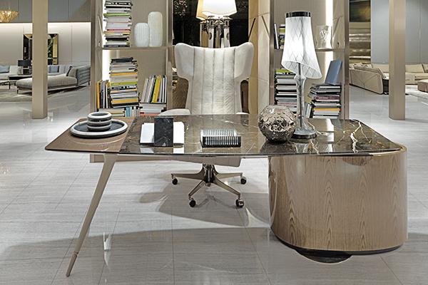 La scrivania Wilshire di Steve Leung si distingue per le forme asimmetriche e gli abbinamenti inconsueti di lavorazioni e materiali come marmo, acciaio, legno e pelle