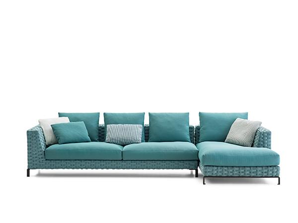 """Si chiama Ray Outdoor Fabric il divano disegnato da Antonio Citterio per B&B Italia. Tratto distintivo è l'intreccio a """"nastro"""", realizzato in fibra di polipropilene"""