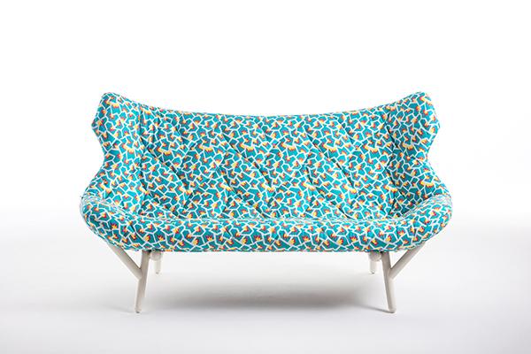 Foliage è il divano a due posti di Kartell che rievoca l'immagine della chioma di un albero, le cui foglie sono evidenziate da apposite impunture. Design Patricia Urquiola