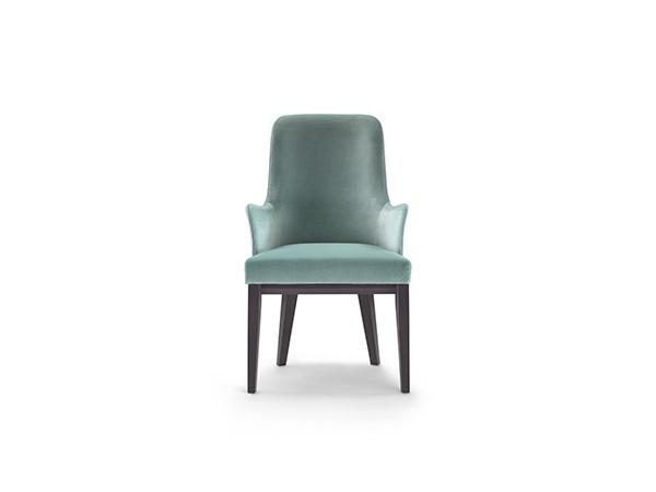 Linee eleganti per Me: la sedia da pranzo di Flexform con base e gambe in legno