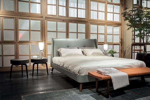 Il letto Suzie Wong di Roberto Lazzeroni e Poltrona Frau