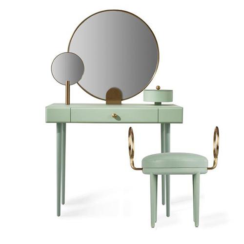 La toilette Rose Selavy di Maison Dada è un vero e proprio angolo della vanità. È dotata di cassetto per contenere i cosmetici, una scatola portagioielli e due specchi, uno extralarge e uno più piccolo che si può staccare e utilizzare a mano
