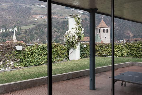 Il terrazzo-giardino al piano superiore
