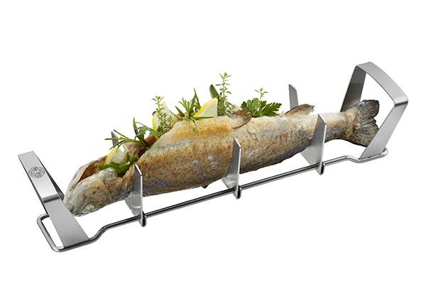 """Per il barbecue a base di pesce il supporto in acciaio inox di <a href=""""http://www.gefu.com"""">Gefu</a> (distribuito da <a href=""""http://www.schoenhuber.com"""">Schoenhuber</a>, circa 34,90 euro)"""