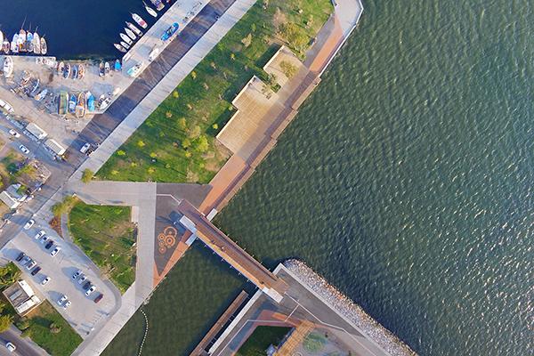 Il <em>Bostanli Footbridge</em> offre una vista della baia da un lato e della città dall'altro