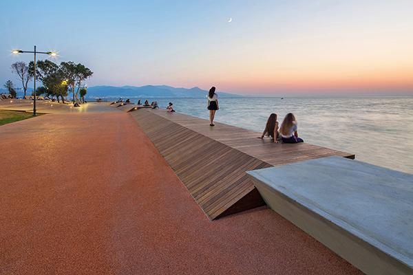 «Il sito era così unico in termini di posizione geografica che come designer non abbiamo avuto bisogno di ulteriori ispirazioni dall'esterno. Il <em>Bostanli Footbridge</em> e il <em>Bostanli Sunset Lounge</em>, promettono entrambi un nuovo spazio urbano per sperimentare nuove forme di ozio», racconta Başbuğ, socio fondatore dell'Evren Başbuğ Architects