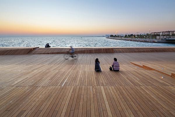 La lounge aiuta gli utenti a riscoprire un rituale da tempo dimenticato, ancora presente nella memoria urbana, e invita i residenti della città ad ammirare il tramonto e a trascorrere del tempo insieme durante la sera