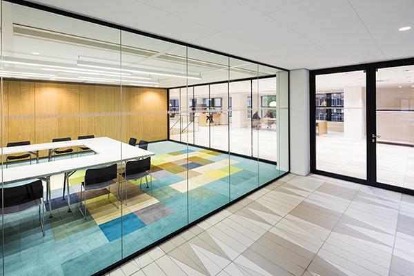Uffici a L'Aia con piastrelle Coem che si ispirano a tele fiamminghe