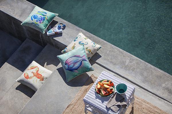 """I cuscini assolvono un duplice ruolo: sono decorativi e allo stesso tempo funzionali (in foto la collezione per l'estate 2017 di <a href=""""http://www.coincasa.it"""">Coincasa</a>)</p>"""
