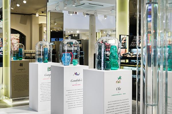 Le collezioni sono disponibili nei negozi di Milano piazza V Giornate e corso Vercelli, Roma via Cola di Rienzo, Firenze, Treviso, Napoli e nella E-boutique Coincasa.it