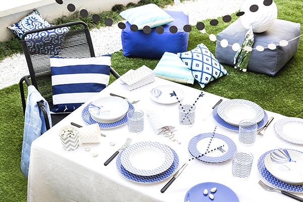 """Lo stile coastal secondo <a href=""""http://www.dalani.it"""">Dalani</a>: per una festa in giardino cuscini variopinti, morbidi pouf  e ghirlande  riprendono il tema della tavola"""