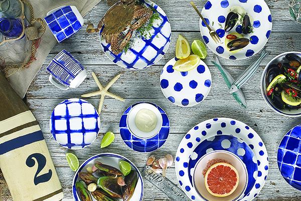 """Un evergreen dell'estate: bianco e blu per un look alla <em>marinière</em>. Non solo nella moda, ma anche a tavola. La collezione<em> Indigo</em> di <a href=""""http://www.easylifedesign.it"""">Easy Life </a>abbina questi due colori a diverse fantasie, come pois, righe e quadri, per dare vita a un divertente mix & match (a partire da 12 euro)"""