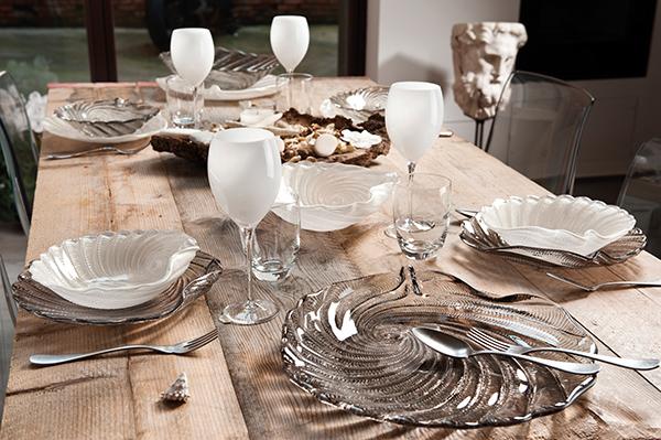 """I piatti in vetro citano le conchiglie e le speciali decorazioni evocano il moto incessante del mare. È <em>Saint Tropez</em> di <a href=""""http://www.ivvnet.it"""">IVV</a> (a partire da 14.90 euro)"""